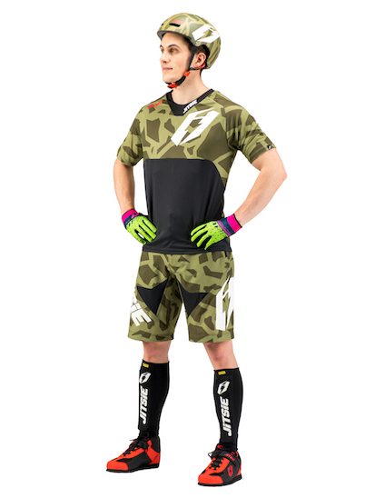 outift-kroko-army-front.jpg